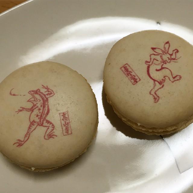 鳥獣戯画マカロン。もちもち感あり。甘過ぎず美味なり。 http://t.co/DL0w036RAN http://t.co/BnlTdgwGYJ