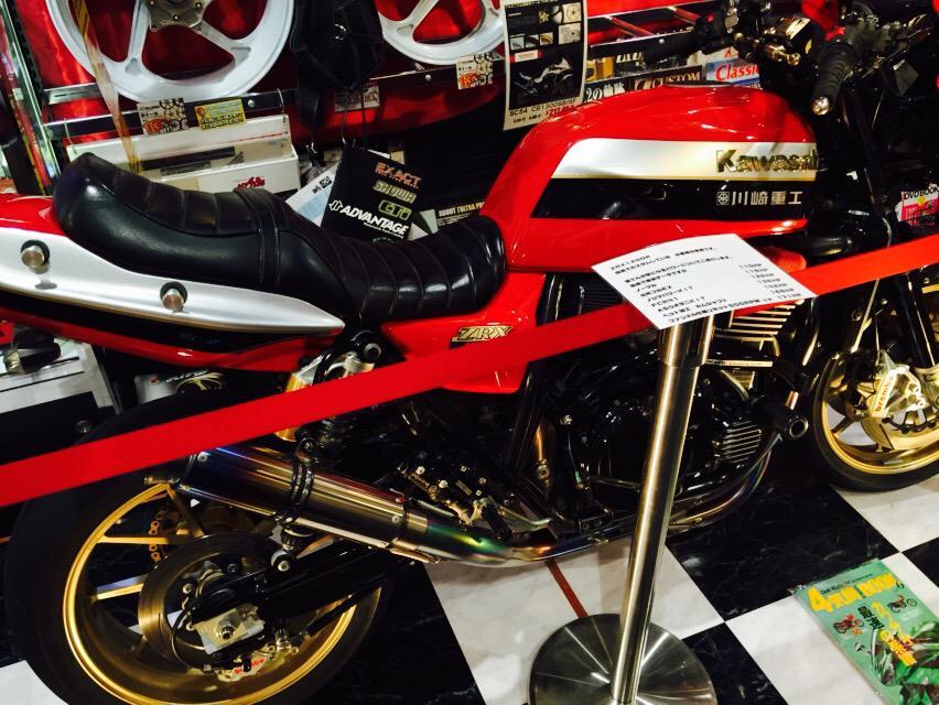 バイクナイトの『俺のバイク何馬力よ⁉︎』に急遽お呼びして乱入していただいた「紅い悪魔」の異名をとるZRXが店内の展示車両に加わりました。現行車に数字では勝りませんでしたがお伝えしたかったのはこの馬力の伸び幅!カスタムでココまで伸びる! http://t.co/4ElFFFatxA