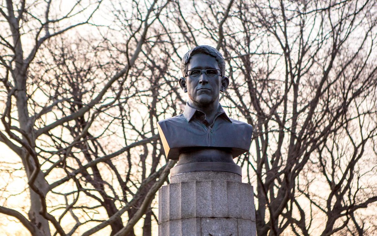 Artists erected a secret statue of Edward Snowden in Fort Greene Park this morning http://t.co/xqSwaHzquG http://t.co/V4n6rdHmMb