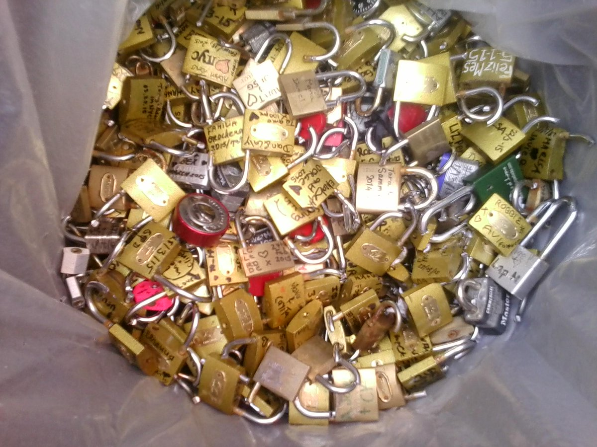 DOT removed 450 #BrooklynBridge #LoveLocks today; that's another 75lbs of waste headed to landfill :( #NoLoveLocks! http://t.co/SDfwr6en0Y