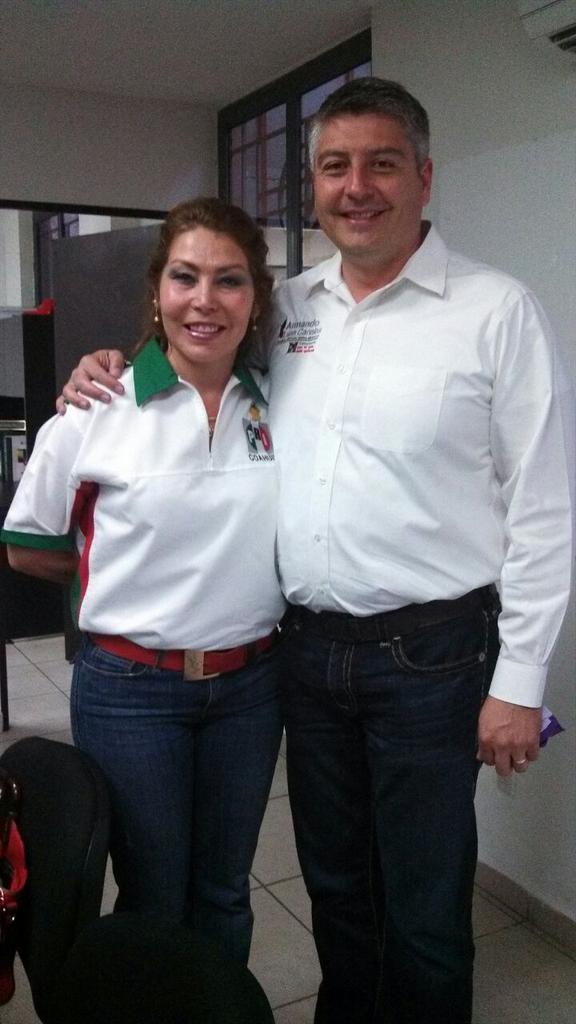 Un abrazo a dos amigos coahuilenses de lujo @alunacanales y  @DianaGlzSoto  ejemplo de trabajo #Saltillo http://t.co/dUR6hDpi23 #Coahuila
