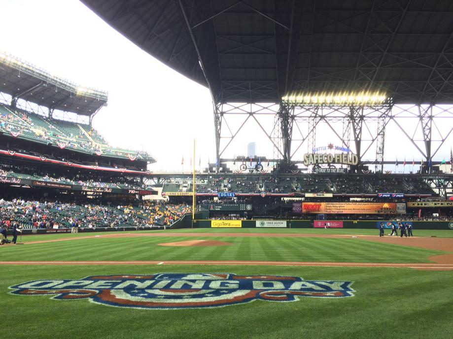 They're opening the roof at Safeco Field for the #MarinersOpener. http://t.co/QuNPz6LTCj