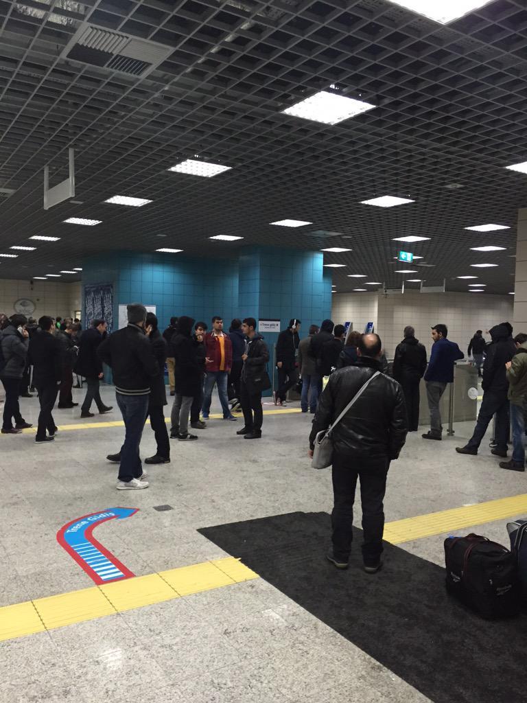Arızanın büyüklüğü veya ne zaman giderileceği konusunda kimsenin bilgisi yok. İnsanlar birikmeye başladı. #marmaray http://t.co/wlw3iAGK4e