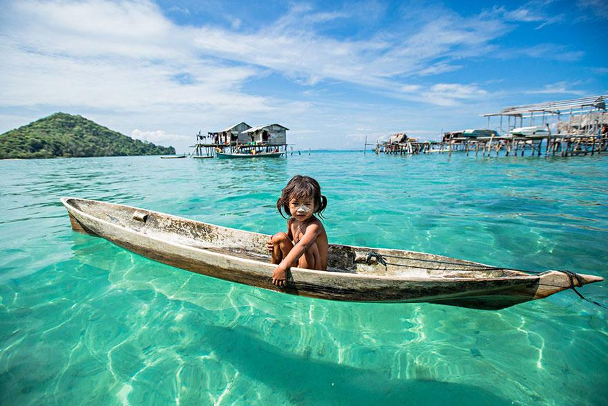 En Borneo existe una tribu conocida como los gitanos del mar o Bajau, viven en casas hechas sobre lechos de coral. http://t.co/QuzAY3t9zr