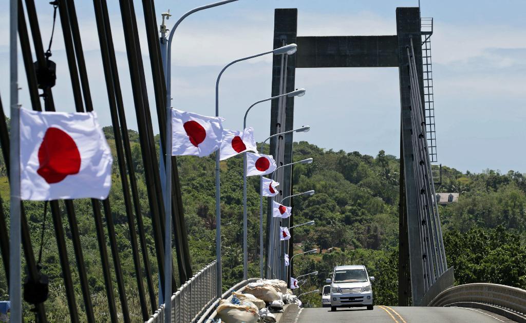 """""""@navy_81: 両陛下ご訪問の歓迎準備 パラオ友好橋に日の丸 住民の男性は「日本とパラオは友達だ。精いっぱい歓迎したい」と語った。 http://t.co/QkrNtoFBr3 ありがとう!パラオ! http://t.co/SNBQNA191q"""" 日の丸きれい(´;ω;`)"""