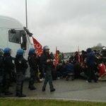 La polizia si schiera per impedire il blocco dei camion alla SantAgostino! Noi resistiamo! #mirror #ferrara http://t.co/da4GLgiZyk