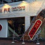 うなぎパイ専門店が原宿に。巨大パイが地面に刺さってます。オープンは28日 http://t.co/kfsQzVnkr4 http://t.co/0N542UpzB5