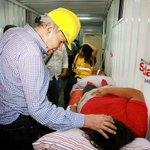 −Señor alcalde, ¿puedo levantarme ya? Tengo que seguir ayudando a las víctimas. −Un ratito, que salga bien la foto. http://t.co/Cl4xcYzt2F