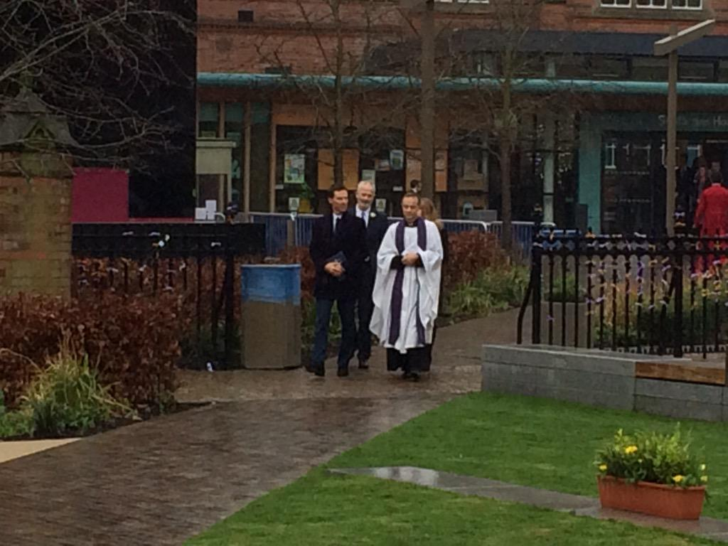 Benedict Cumberbatch has arrived at @LeicsCathedral @ITVCentral #RichardReburied #KRlll http://t.co/SkIxrsSGhK