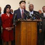 米オクラホマ大学で黒人差別の合唱の先頭に立ったと退学処分になった元学生が、同州議員や黒人団体指導者と会談後、記者会見で謝罪しました(英語記事) RT @BBCNewsUS: http://t.co/kVTWJa9ue7 http://t.co/XHnyX4y6Nc