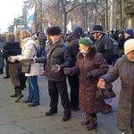 Киевляне,передававшие митингующим камни, которыми убивали Беркут..хочу спросить,счастливо живётся,кошмары не мучают? http://t.co/rjTOYQGKoS