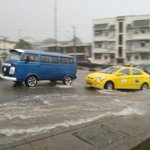 Av. Las Aguas empieza a inundarse por intensa lluvia. Atención #tránsitoGYE Foto: @gabrielfandino http://t.co/7UDERHRBPN