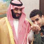 """صورة """"خالد بن سلمان"""" يقبل يد شقيقه """"محمد"""" تشعل """"تويتر"""" شاهدها عبر الرابط:http://t.co/76a5ycs3FQ #عاصفة_الحزم - http://t.co/O6j9WSopQF"""