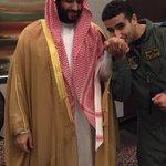 """البطل """"الصقر""""يقبل يد البطل """"الوزير""""قبل انطلاقة مع زملائه الصقور لدك معاقل ازلام ايران المتمردين الحوثيين باليمن http://t.co/vcgOMSUcw9"""
