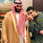 خالد بن سلمان يقبل يد أخيه #محمد_بن_سلمان وزير الدفاع قبل مشاركته في #عاصفة_الحزم صورة بروح الوطن http://t.co/1N3hhLlwGS