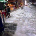 Así está el malecón de salinas a esta hora. Fuerte oleajes y el agua llega hasta la calle principal del malecón http://t.co/IJ2XczDxtv
