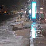 Oleaje cubrió el malecón de #Salinas con conchilla y arena, agua llega hasta la tercera calle. http://t.co/ztyltngYK9