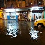 El sector de sauces 9 del lado del mercadeo se encuentra inundando por la fuerte lluvia @testigomovil vía @calan65 http://t.co/vEJn2abT7P