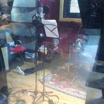 REMEMBER WHEN LOUIS WAS TRAPPED IN THE STUDIO AND HARRY TOOK A PICTURE INSTEAD OF HELPING #CarrotForANight http://t.co/qVjEhguREj