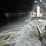 ATENCIÓN Así de fuerte estuvo aguaje en malecón de #Salinas esta noche!! @periodista8 @elnoticierotc @MauricioTCTV http://t.co/3v7h0MgKnB