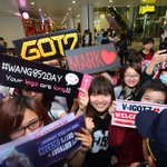 A lot of people are gathered in Hanoi Airport to welcome our k-pop stars! SCREAM!!!!!! <Music Bank in Hanoi> http://t.co/basn4Maucd