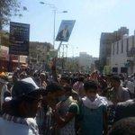 اليمنيون يرفعون صور #الملك_سلمان تأييداً منهم ل #عاصفة_الحزم ضد #الحوثي الذي عاث الفساد في بلدهم بدعم #إيران #اليمن. http://t.co/tQ09mpOTGj