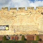 Step up castle folk, beautiful castle with c**p banner @visitlincoln @LincolnshireCC @lincolncouncil http://t.co/qwFXZ9FFJH
