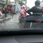 Hujan Deras, Banjir Cileuncang Sergap Kota Bandung http://t.co/7uz2ZmVfhw #infoBDG http://t.co/FTqzRSRzie
