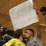 PROTESTO: Eduardo Cunha é recebido com beijo gay na Assembleia Legislativa de SP; veja fotos: http://t.co/v9E7fbRVnE http://t.co/7UburszrgS