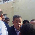 @LeonelFernandez escucha petición de sus seguidores durante recorrido proselitista en el Distrito Nacional. http://t.co/ZNOZwo6Ys7