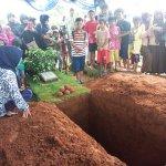 Penggalian Makam Olga Jadi Tontonan Warga http://t.co/usTtpVJhd5 http://t.co/VxVAhBgbNf