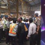 Berikut FOTO proses pengangkatan Peti Jenazah Alm. Olga Syahputra dari Terminal Kargo. #RIPOlgaSyahputra #ENEWS http://t.co/BeZfjJZESA
