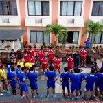 semua pemain tampak serius mendengarkan pengarahan dari coach harno dan coach gethuk  #liveSemarang http://t.co/J0YiBkfkfp