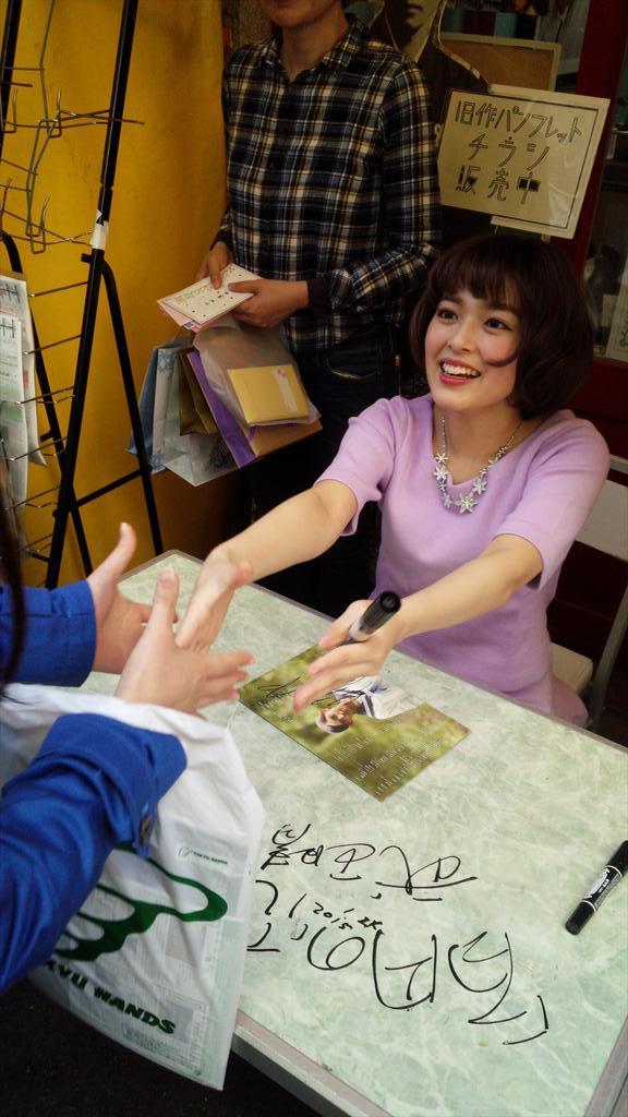 未来穂香ちゃんのサイン&握手会。並んだお客さんの九割近くが女の子でした。#クレヴァニ http://t.co/QFTRwM7SHQ
