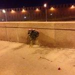 """место гибели Немцова через два часа после визита """"мусороуборщиков"""". Сегодня таких букетов будет тысячи http://t.co/unKy6hjZOR"""