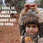 Conmoción mundial por niña siria que se rinde ante una cámara pensando que es un arma http://t.co/IJL6EHG46A http://t.co/Pu1tTAAI4p