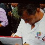 El Pdte @MashiRafael firma #ObamaDerogaElDecretoYa en el #Enlace417 @NicolasMaduro @vencancilleria @DrodriguezVen http://t.co/dFvq8gea62