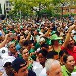 La soledad del presidente Uribe. Sin contratos, sin amenazas, sin burocracia. Es todo un pueblo que lo respalda. http://t.co/MpWmT5LXZb