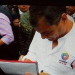 Presidente @MashiRafael firma en campaña #ObamaDerogaElDecretoYA | http://t.co/gQ0gdkoMDb http://t.co/XXPi7D82hL