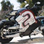 【金田のバイク風】日本発の電動バイク「zecOO」ついに発売へ http://t.co/EyGTXLH4sr ナンバーが250cc未満相当というのも特徴で、これだけのボリューム感なのになんと中型二輪免許で運転できてしまうんです。 http://t.co/35YJL6iSfp