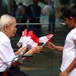 10,000 Singapore Flags handed out for free ahead of #LeeKuanYews State Funeral Procession http://t.co/LJknQjFwgx http://t.co/qgSJebw5jI