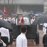 Even the skys crying:Sombre mood as Mr #Lee Kuan Yew makes final journey across #Singapore. http://t.co/s7CQc6Ajy5 http://t.co/9alNwcsWEU