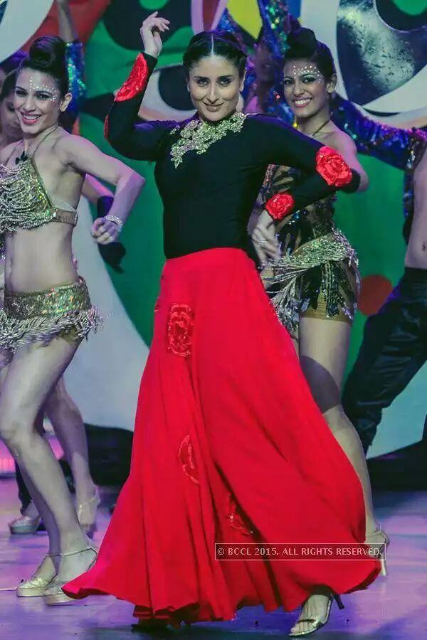 Photos - Kareena performs to a medley of her hit songs at @feminamissindia http://t.co/KZPVdldQFb