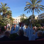 La cruz de guía de la Borriquita ya cruza la Plaza Peral #DomingoDeRamos #ELPUERTOilusiona http://t.co/1wrkLz02FQ