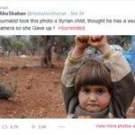 """#PaznoMundo """"@g1: Menina síria comove ao erguer as mãos ao confundir câmera com arma :( http://t.co/EUL2CgKG1Z #G1 http://t.co/2pLzS3j9uo"""""""