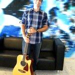 Hoje tem voz e violão com Tiago Aguiar no camarote vip da Arena!Está no nível dos camarotes? Corre lá que já começou! http://t.co/pbRLhIYMi8