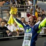 Valentino Rossi logró su victoria 109 y es el 1° líder del Mundial de #MotoGP, a sus 36 primaveras. #ElDoctorhavuelto http://t.co/P9Jm6O251J