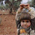 【切ない】シリアの女の子にカメラを向けたら…武器だと勘違いして「降伏」ポーズ http://t.co/rZF9wiB2R9 まったく笑顔のない表情が、シリアの現実を表しているのだとすると悲しくなります。 http://t.co/x2kFK0CavH