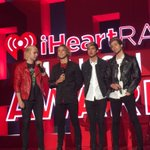 Congrats @5sos on your award. Nice Crüe shirt too.See yah next week for some lyric writing.@iHeartRadio #iHeartAwards http://t.co/ge2YMuXIVd
