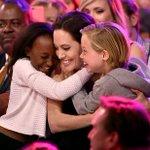 Com as filhas, Angelina Jolie recebe prêmio pelo papel em Malévola http://t.co/pgGYnVN9Rl http://t.co/OT3gKOvQPT
